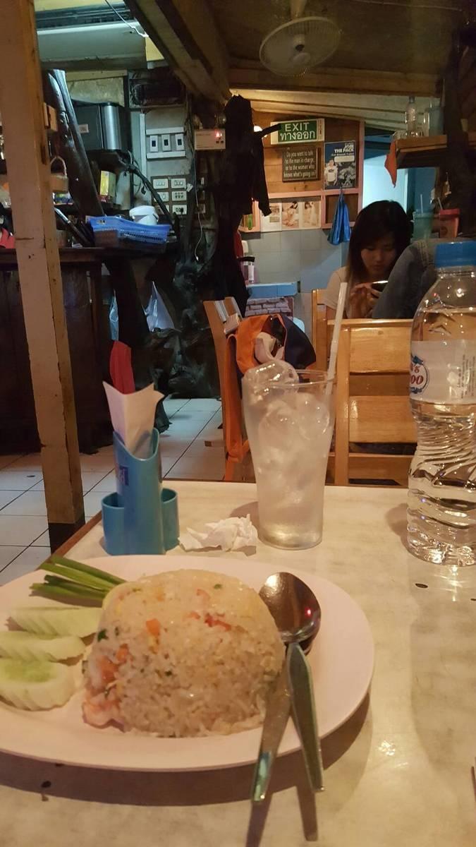 Hangover food! Kao pat gung at the Love Scene restaurant in Sukhumvit, Soi 23