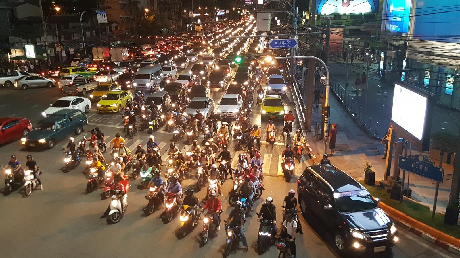 ถนนรัชดาภิเษก รถติด - Tannon Ratchadaphisek during the evening rush hour
