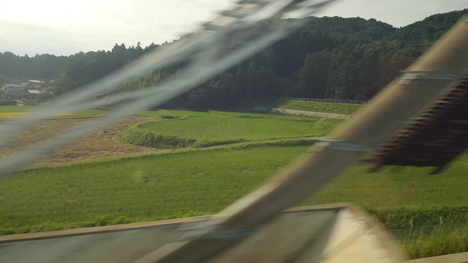 新幹線の N-700 は速さが十分です - (The N-700 Shinkansen train is travelling at full speed)