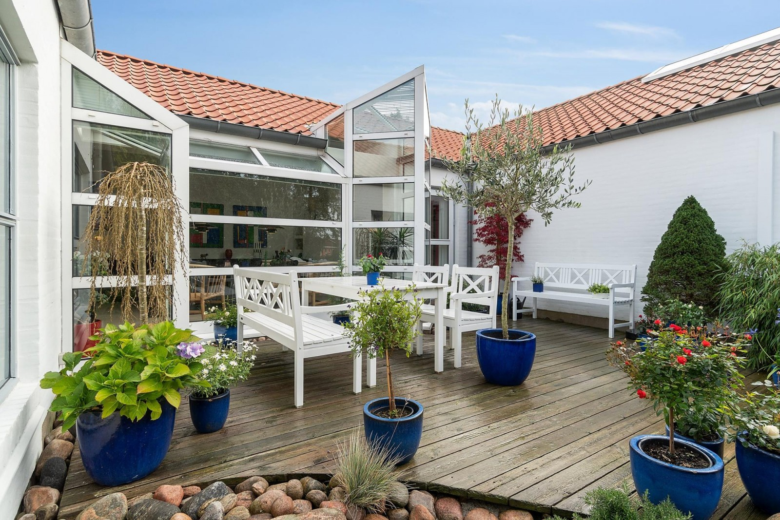 Gårdhave - Patio with wooden decking